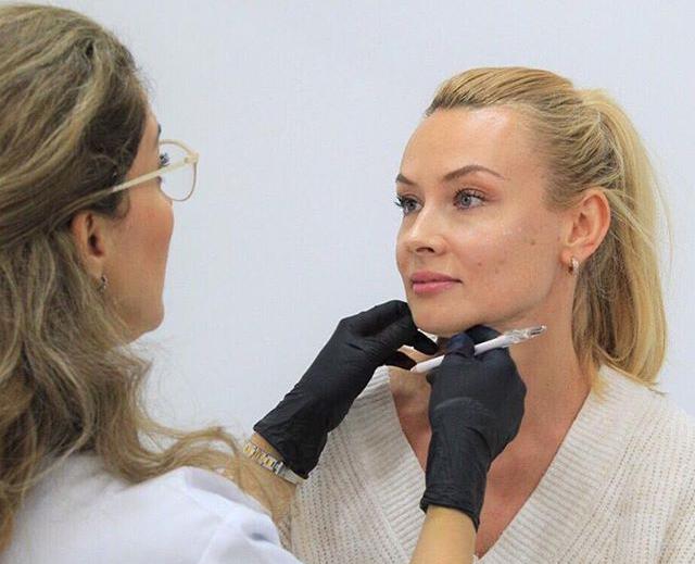 Doctora Liliana Ocampo estudiando el rostro de la paciente antes del tratamiento de Botox