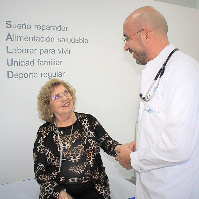 Doctor Manuel Floyd en la consulta de Medicina General